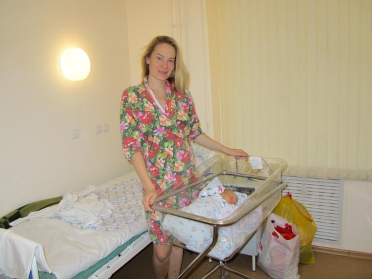 Через сколько времени после кесарева сечения матери приносят ребенка, от каких факторов это зависит?