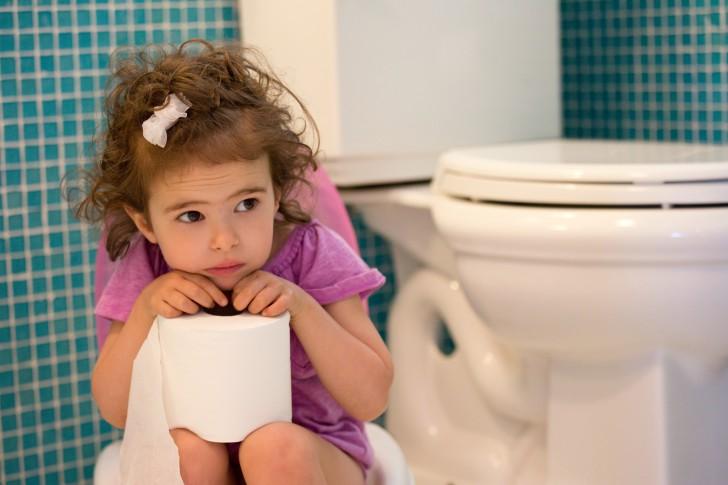 Что делать, если у ребенка сильно болит живот, какие препараты можно дать: обзор лекарств и домашних средств