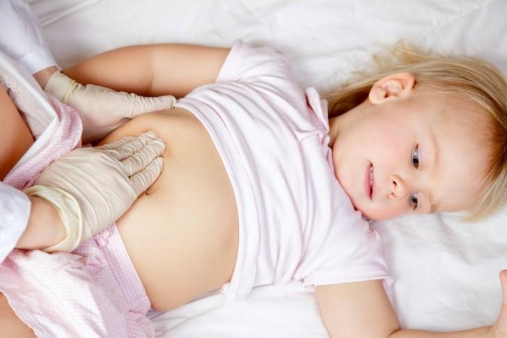 Главным симптомом увеличенного желчного пузыря у ребенка является боль в правом боку